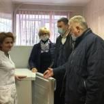 Истринские единороссы вручили морозильную камеру для хранения вакцины Онуфриевской амбулатории