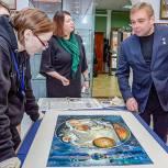 Максим Сураев ознакомился с экспонатами выставки ко Дню космонавтики в Мытищинском музее