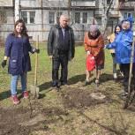 В ЦДТ «Стрекоза» открыли вернисаж и высадили аллею декоративных яблонь