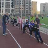 Волонтеры провели турнир по перетягиванию каната для пятиклассников