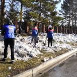 Активисты «Единой России» очистили от снега улицы Осинников