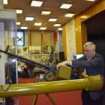 Тарас Ефимов передал музею ПВО посёлка Заря сертификат на 50 тысяч рублей