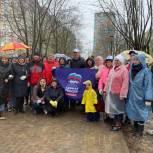 Партийцы Лобни провели субботник в Сквере защитников Москвы