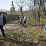 Тарас Ефимов вместе с жителями деревни Полтево принял участие в субботнике в историческом парке