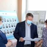 Николай Панков помогает обновить экспозиции в школьном музее села Новая Елюзань
