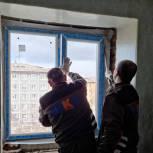 Мурманские депутаты оказали содействие в ремонте квартиры инвалида