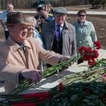 Для ветеранов Ленинского района организовали экскурсию в Парк покорителей космоса