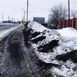 Общественная приемная «Единой России» помогла жителям Тогучина очистить дорогу от угля, который рассыпали большегрузы за зиму