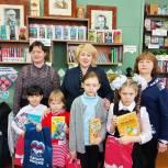 Ольга Болякина передала детские книги в библиотеку села Новополеводино