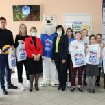 Единороссы подарили кузбасским школьникам волейбольные мячи и форму