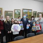 Секретарь регионального отделения партии «Единая Россия» Алексей Анохин передал в Минскую библиотеку детские книги