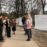 Депутат Мособлдумы Ирина Слуцкая проинспектировала строительство нового сквера в Черноголовке