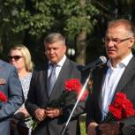 Представители посольства республики Казахстан и «Единой России» возложили цветы к братской могиле героев-панфиловцев