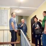 Тарас Ефимов проверил ремонт подъездов в микрорайоне Заря