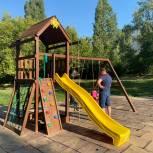 Александр Бондаренко помог жителям Ленинского района установить детскую площадку во дворе дома