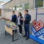 Активисты «Молодой гвардии» вручили школьникам из малообеспеченных семей канцелярские наборы