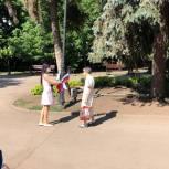Активисты партии «Единая Россия» раздали сотни триколоров