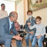 Юные пензенцы рассказали Владимиру Мутовкину о любимых школьных предметах и получили от него подарки к учебному году