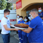 Волонтеры провели акцию «Лучики солнца» для сотрудников скорой помощи