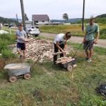 Волонтеры помогли одинокой жительнице Кусы наполнить дровяник