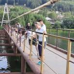 В Кусе волонтеры «Единой России», Общественной молодежной палаты и МГЕР покрасили пешеходный мост, который ведёт в район «Запруд»