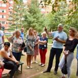 Тарас Ефимов обсудил возможность благоустройства двора с жителями Балашихи