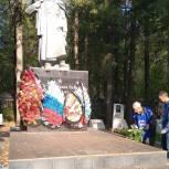 В Лысьве в рамках партпроекта «Единой России» «Историческая память» прошел субботник по благоустройству военных захоронений