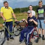 Олег Жолобов приобрел велосипед для инвалида-колясочника из Домодедова