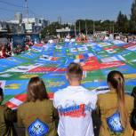 В День Государственного флага в центре Екатеринбурга развернули огромное полотно