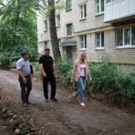 В поселке Строитель ремонтируют двор на улице Качевской