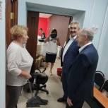 Леонид Черкесов посетил новый офис МФЦ в Красных Четаях