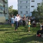 С праздником двора поздравил жителей своего округа депутат Игорь Костин