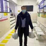 Волонтеры «Единой России» доставляют бесплатные лекарства больным, проходящим лечение от COVID-19 на дому