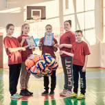 Ильдар Акчурин подарил камешкирской школе комплекты футбольных мячей