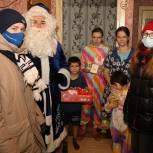 Луховицкие волонтеры в ходе акции «Елка желаний» привезли многодетной семье подарки