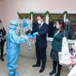 Сладкие подарки и новогодние украшения: в Химках поздравили медиков ковидных отделений