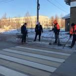 Качество очистки тротуаров и дорожек от наледи проверили единороссы в деревне Ликино