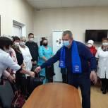 Депутат-единоросс передал продуктовые наборы работающими в «красной зоне» медикам