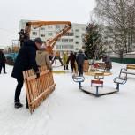 Кинешемские депутаты вместе с жителями установили и украсили новогодние елки