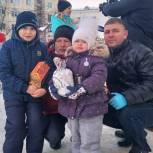 Депутаты-партийцы вручают подарки семьям с детьми