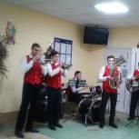Единороссы организовали музыкальное поздравление для персонала Новомичуринской поликлиники