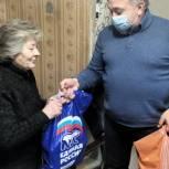 Олег Жолобов передал продуктовые наборы домодедовским пенсионерам