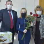 Владимир Рожков вручил жительнице Сасова подарок по случаю новоселья