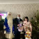 Детям энгельсских медработников передали новогодние подарки
