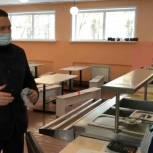 Депутат проверил, как и чем кормят учеников школы в Заводском районе