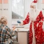 Пациентов стационарных отделений больниц поздравляет Дед Мороз