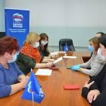 Депутаты дарят новогодние подарки юным жителям региона