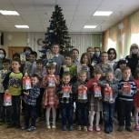 Сторонники и волонтеры «Единой России» передали воспитанникам Центра на Халтурина новогодние подарки