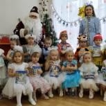 Областные и районные депутаты дарят детям подарки