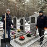Тюменские волонтеры привели в порядок захоронение Героя Советского Союза